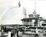 La foule se presse à l'exposition, surplombée par la sculpture « Le Plongeur et son arc » du sculpteur roumain Idel Ianchelevici