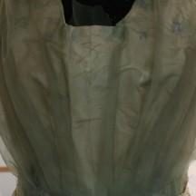 Le corsage démonté laisse apparaître la crêpeline vert pâle
