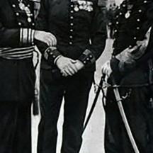 À droite, le commandant Alfred Dreyfus, réhabilité