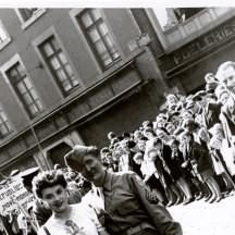 La donatrice avec sa poupée en 1945