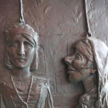 Evocation des théâtres de marionnettes sur un bas-relief