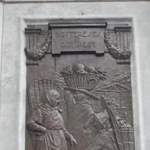 Boteresses et coteresses sur un des bas-reliefs en bronze