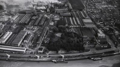 Vue aérienne du Château et du site de Seraing, photographie, ca. 1950 © MMIL