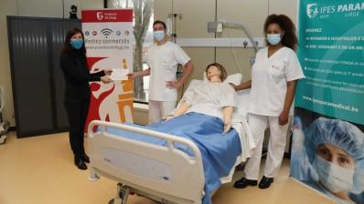 Arthur et Yenni diplômés par Mme Rebholz, Directrice de l'IPES Paramédical