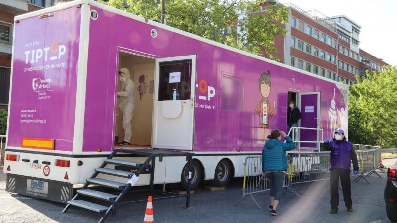 Un car médicalisé de la Province de Liège transformé en centre de dépistage du Covid-19 à Huy