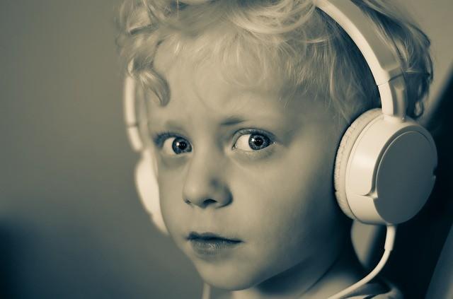 Enfants écoutant du contenu audio
