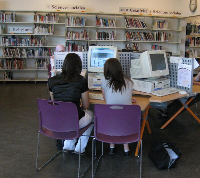 Deux ados aux ordinateurs