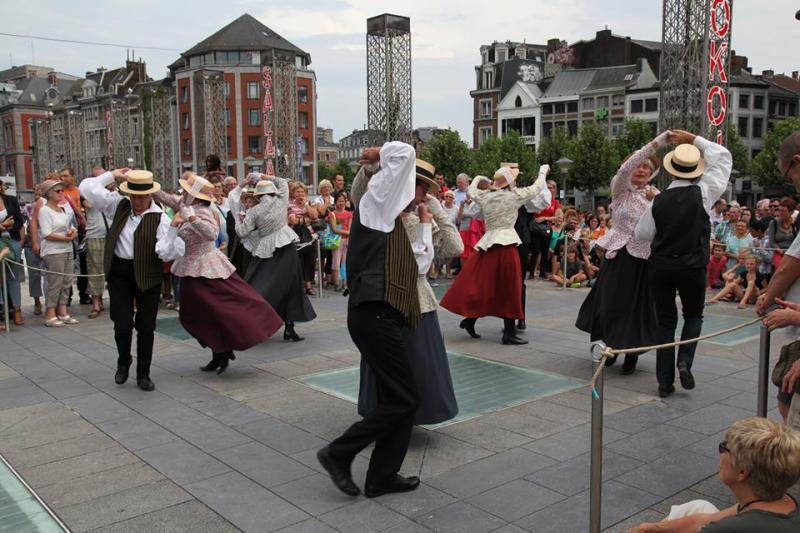 """Danses traditionnelles par """"les Djoyeux Pochteux"""""""