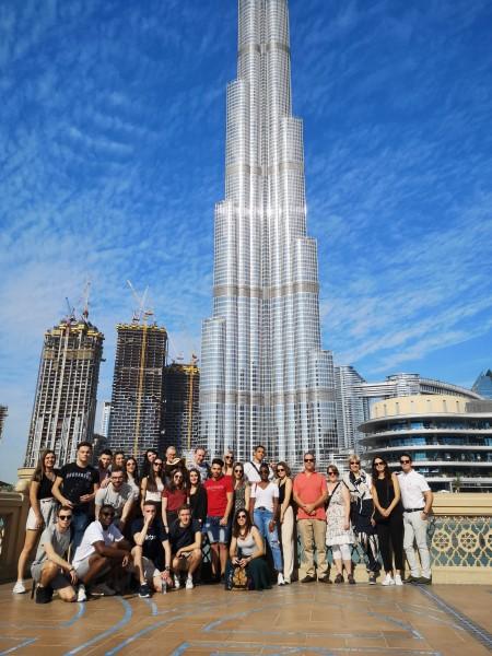Nos étudiants devant le Burj Khalifa à Dubaï