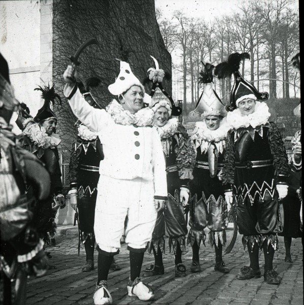 André Paul, Groupes et danses de Chinels, Fosses, 1949.