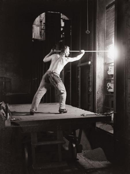 Ouvrier travaillant au four à coke. G. Marissiaux. (1904)
